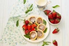 Kesopannkakor med bär, sommarfrukost Royaltyfria Bilder