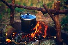 Kessel auf dem Feuer lizenzfreie stockfotos