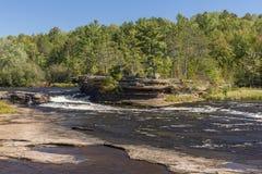 Kessel-Fluss-Wasserfall Stockfotos