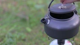 Kessel kocht auf Gasherd im Wald stock video footage