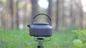 Kessel kocht auf Gasherd im Wald stock footage