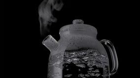 Kessel mit kochendem Wasser und Dampf lokalisiert auf schwarzem Hintergrund lizenzfreies stockfoto