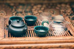 Kessel mit Schalen auf dem Tisch für die Teezeremonie lizenzfreies stockbild