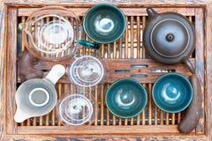 Kessel mit Schalen auf dem Tisch für die Teezeremonie lizenzfreies stockfoto