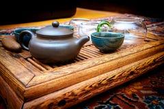 Kessel mit Schalen auf dem Tisch für die Teezeremonie tonte vegetar lizenzfreies stockbild