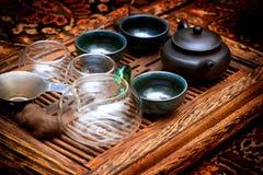 Kessel mit Schalen auf dem Tisch für die Teezeremonie tonte vegetar lizenzfreie stockfotografie