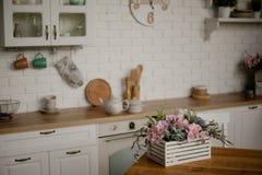 Kessel und Kasserolle auf dem Küchentisch Küchengeräte gegen einen weißen Küchenhintergrund lizenzfreies stockfoto