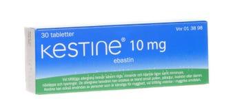 Kestine 10 mg-ebastin, anti-allergisch geneesmiddel, dat op witte achtergrond wordt geïsoleerd Stock Foto's
