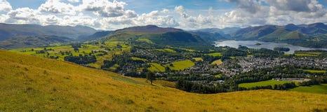 Keswick och sjön Derwent bevattnar bred panorama från Latrigg, UK Royaltyfria Bilder