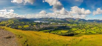 Keswick och sjön Derwent bevattnar panorama från Latrigg, Cumbria, U Arkivbild