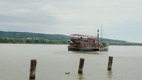 Keszthely, Hungury, im Juni 2017: Das Exkursionsboot reist vom Pier ab Ausflug von Plattensee in Ungarn stock video footage