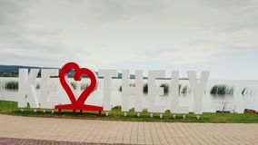 Keszthely, Ungarn, im Juni 2017: Ich liebe Keszthely Eine Aufschrift mit einem roten Herzen Populärer Erholungsort von Ungarn stock video