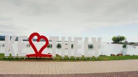 Keszthely, Ungarn, im Juni 2017: Ich liebe Keszthely Eine Aufschrift mit einem roten Herzen Populärer Erholungsort von Ungarn ste stock video