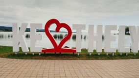 Keszthely, Ungarn, im Juni 2017: Ich liebe Keszthely Eine Aufschrift mit einem roten Herzen Populärer Erholungsort von Ungarn ste stock footage