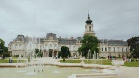 Keszthely, Ungarn, im Juni 2017: Schloss Festetich nahe Plattensee in Ungarn Ein populärer Platz unter Touristen, einer von stock video