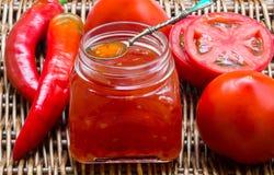 ketchup Atasco chutney Confitura Salsa picante de tomates y de la pimienta para la carne y las pastas ketchup imagenes de archivo