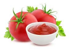 Ketchup in ciotola e pomodori freschi su bianco Fotografia Stock Libera da Diritti
