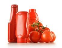 Ketchup e tomates frescos no branco imagem de stock royalty free