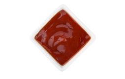 Ketchup- eller tomatsås i bunken som isoleras på vit bakgrund Arkivbild