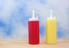Ketchup et moutarde images libres de droits