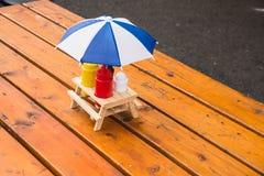 Ketchup et moutarde avec le parapluie de soleil Image libre de droits