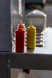 Ketchup et moutarde sur le chariot de hot-dog Photographie stock libre de droits