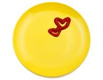 Ketchup a forma di del cuore su una zolla Fotografie Stock Libere da Diritti