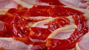 Ketchup Gezet op Bacon stock videobeelden