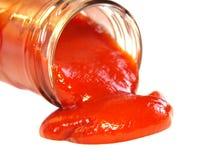 Ketchup savoureux sortant de la bouteille Images stock