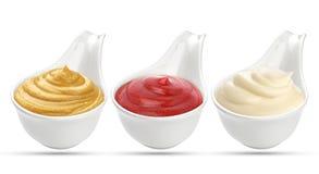 Ketchup, senap och majonnässåser i bunken som isoleras på vit bakgrund royaltyfria bilder