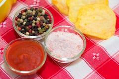 Ketchup, zoute peper en spaanders Stock Foto's