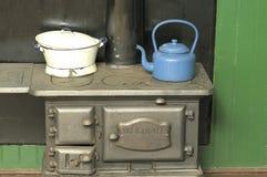 Ketel en pot op een steenkoolfornuis Stock Foto's