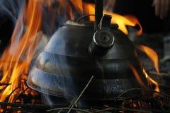 Ketel op brand in een kamp Stock Fotografie