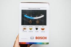 Ketel van Bosch TWK7203 van de mensenhand de unboxing uitpakkende stock afbeelding