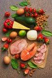 Keto饮食概念 健康食物低在碳水化合物 三文鱼,鸡、菜、草莓、坚果、鸡蛋和蕃茄,切开 免版税库存图片
