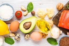 健康食品低碳keto能转化为酮的饮食 高Ω 3,好油脂和蛋白质产品在白色木背景 免版税库存图片