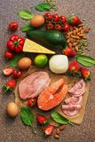 Keto bantar begrepp Sunda foods som är låga i kolhydrater Lax, höna, grönsaker, jordgubbar, muttrar, ägg och tomater som klipper royaltyfri bild