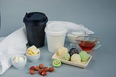 Keto pindakaas, matchaballen en kokosnoten kogelvrije, zwart-witte document kop voor koffie, theepauze met een deksel stock foto's