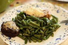 Keto - slabonen met zalm onder kaas met keto-brood stock fotografie