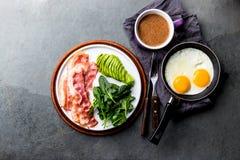 Ketogenic яичница завтрака диеты, бекон и авокадо, шпинат и противопульный кофе Завтрак низкого карбюратора высоко- тучный стоковое изображение rf