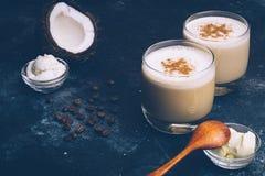 Ketogenic banta begreppet Ketogenic latte med kokosnötolja arkivbilder
