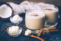 Ketogenic banta begreppet Ketogenic latte med kokosnötolja royaltyfri foto