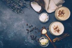 Ketogenic banta begreppet Ketogenic latte med kokosnötolja royaltyfria foton