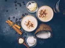 Ketogenic banta begreppet Ketogenic latte med kokosnötolja royaltyfri bild