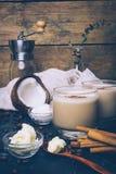 Ketogenic banta begreppet Ketogenic latte med kokosnötolja arkivfoton