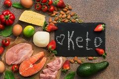 Ketogenic banta mat Sunda låga carbsprodukter Keto bantar begrepp Grönsaker fisk, kött, muttrar, frö, jordgubbar, ost på a royaltyfri fotografi