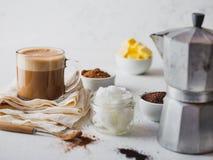 KETOGENIC KETON-DIÄT-GETRÄNK Coffe und Kakao gemischt mit Kokosnussöl Schale kugelsicheres coffe mit Kakao und Bestandteilen stockbilder