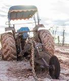 Kette des Traktors mit dem Schlamm Lizenzfreie Stockfotos