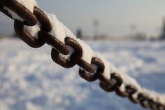 Kette mit Schnee Stockfoto