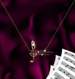Kette mit Violinschlüssel und Anmerkungen Stockfotos